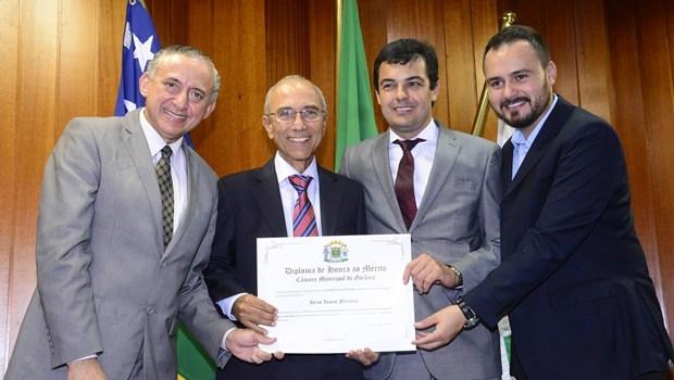 Vereadores Anselmo Pereira, Dr. Gian e Mizair Lemes Jr. comemoram com Ilézio Inácio o título