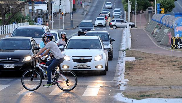 Se não colocar em prática seu Plano Diretor, que previa investimentos em transporte público e incentivo à utilização de outros modos de locomoção como a bicicleta, Goiânia irá parar | Foto: Fotos: Renan Accioly/jornal Opção