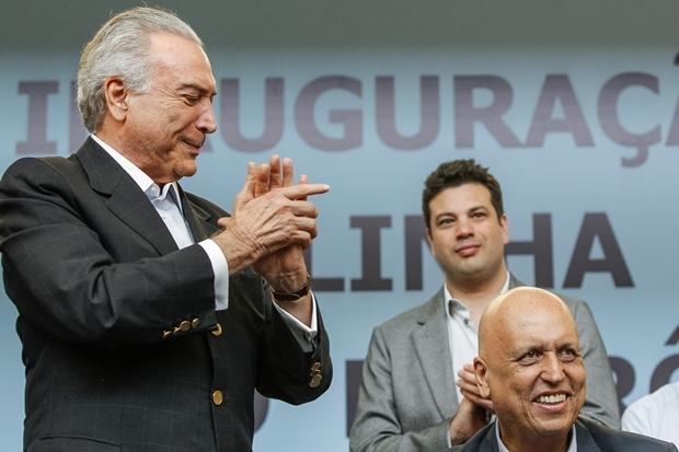 Presidente interino Michel Temer, o governador do Rio, Pezão, e o ministro dos Esportes, Leonardo Picciani (ao fundo) | Foto: Beto Barata/PR