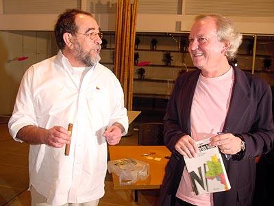 Fernando Morais e Washington Olivetto (com o livro Na Toca dos Leões nas mãos)