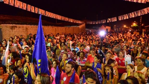 """Milhares de pessoas participam de comício da coligação """"Vamos Todos Juntos"""", em Catalão"""