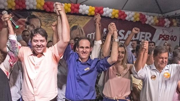 Karlos Cabral, Lissauer Vieira, a esposa, e o prefeito Juraci Martins: palanque inusitado | Foto: reprodução/ Facebook