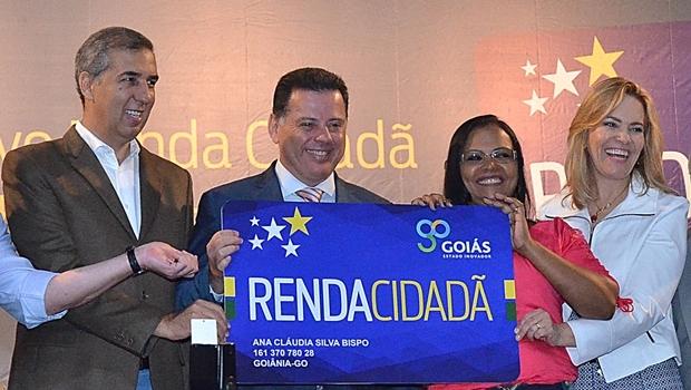 José Eliton, Marconi Perillo e a secretária Lêda Borges com uma beneficiária no lançamento do programa | Foto: Eduardo Ferreiro