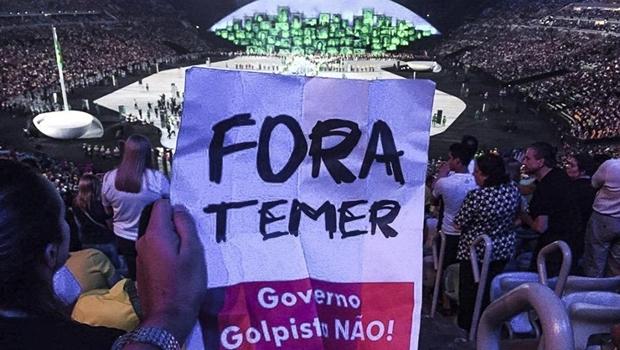 """Post no Facebook mostra torcedor que levou um cartaz de """"Fora Temer"""" para a cerimônia de abertura dos jogos olímpicos, no estádio do Maracanã   Foto: Reprodução / Facebook"""
