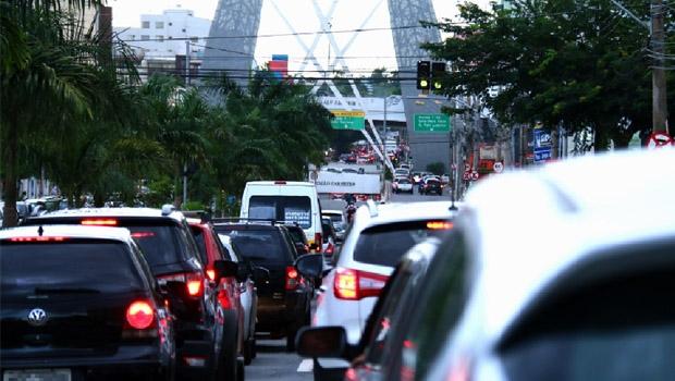 Resolução da questão de mobilidade urbana passa pela prioridade ao transporte coletivo em detrimento do individual | Foto: Fernando Leite/Jornal Opção