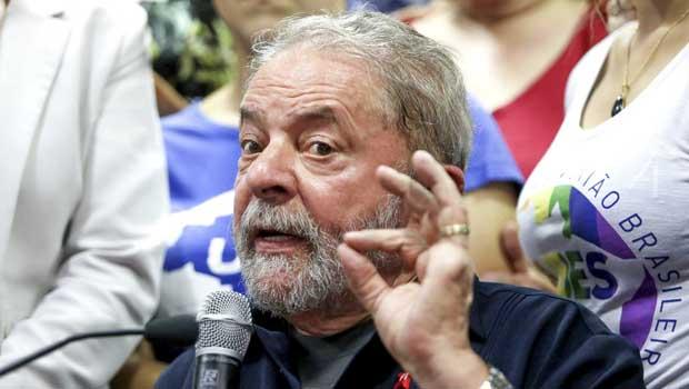 Advogado de Lula entrega resumo da apelação a desembargadores do TRF4