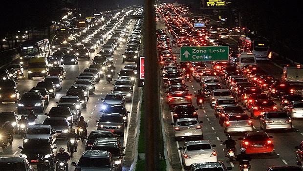 Investir em malha viária não diminui congestionamentos em grandes cidades, diz estudo