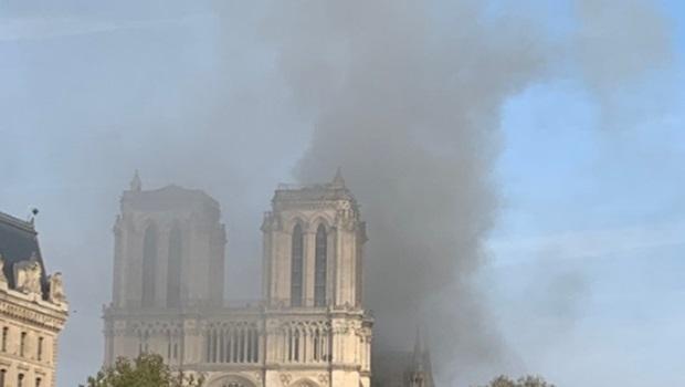 Catedral de Notre Dame, em Paris, é tomada por incêndio