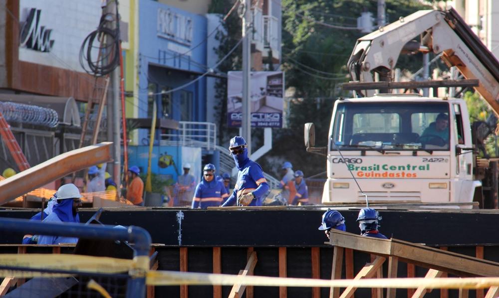BRT trincheira obras trânsito na avenida 90