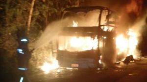 Ônibus que seguia de Goiânia para o Pará pega fogo e fica totalmente destruído