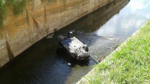 Carro cai na Marginal Botafogo após acidente