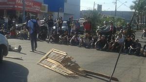 Manifestantes fecham a Avenida T-9 durante protesto de motoristas de ônibus