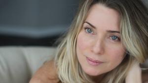 Aos 44, Letícia Spiller mostra tatuagem secreta em ensaio nu. Veja fotos
