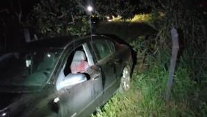 Motorista é encontrado morto após carro colidir com muro de cimento
