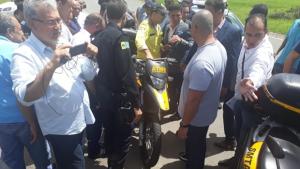 Carros de guardas civis de Aparecida são multados em frente à Câmara Municipal