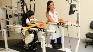 Pacientes imobilizados poderão voltar a andar com ajuda de armadura robótica no Crer