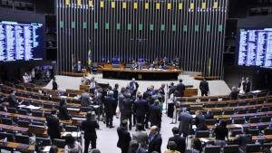 Deputados tentam aprovar anistia a condenados por Caixa 2, mas sessão acaba suspensa