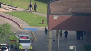 Dois homens são presos após tiroteio em escola nos Estados Unidos
