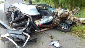 Colisão entre carro de passeio e caminhão mata mãe e filho recém-nascido em Goiás