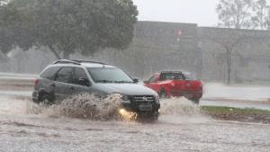 Após domingo com alagamentos, previsão é de chuva durante toda a semana em Goiânia