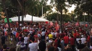 Centenas de pessoas se reúnem na Praça Universitária contra o impeachment