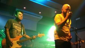 Noite com karaokê e show da banda Cabaré de Eliete