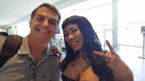 Bolsonaro tieta Inês Brasil em aeroporto e musa dos gays tem que se explicar