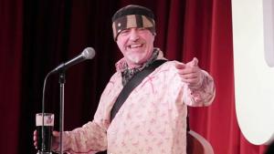 Comediante morre no palco logo após brincar sobre derrame