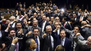 """Com gritos de """"renuncia, Dilma"""", Câmara encerra sessão"""