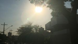 Mesmo com pancadas de chuva, calor não dá trégua em Goiânia