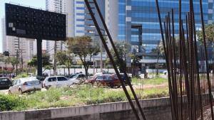 Abandonado há quase 10 anos, canteiro de obras da Casa de Vidro vira estacionamento
