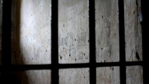 Justiça afasta agentes prisionais e policial por tortura de presos em Santo Antônio do Descoberto