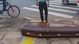 Caixão cai de carro funerário em Goiânia e motorista não nota. Veja vídeo