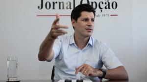 Daniel Vilela ganha queda de braço contra Adib Elias e com o senador Luiz Carlos do Carmo