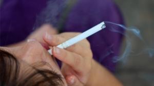 Projeto que proíbe venda de cigarros para menores de 21 anos avança no Senado
