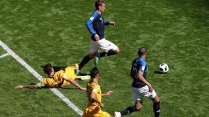 Árbitro de vídeo entra em campo pela primeira vez e garante vitória da França