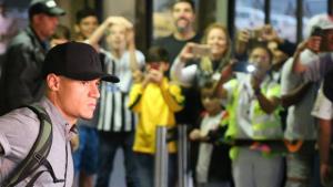 Jogadores da seleção chegam ao Rio de Janeiro e são aplaudidos. Veja vídeo