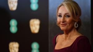 Autora de Harry Potter, J.K. Rowling clama para que brasileiros não saiam de casa