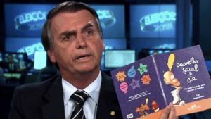 """Quais são as 11 mentiras ditas por Bolsonaro sobre homofobia e """"kit gay"""" no Jornal Nacional"""