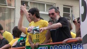 """Música de Lobão diz que Olavo de Carvalho se tornou """"lambe-bolas"""" de Bolsonaro"""