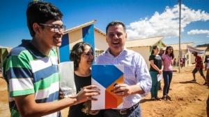 Marconi entrega 149 casas populares com energia solar em Pirenópolis