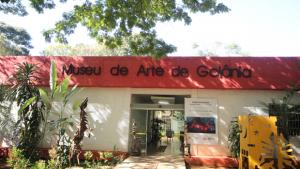 Passeio cultural gratuito leva visitantes a conhecer obras de Frei Confaloni em Goiânia