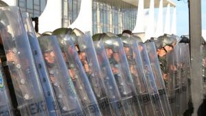 Manifestantes e deputados vão até Palácio do Planalto protestar contra Dilma