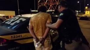 Casal é flagrado nu dentro de carro na contramão na BR-060
