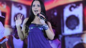 Ex-gospel, cantora Perlla tira foto sensual em frente a igreja evangélica
