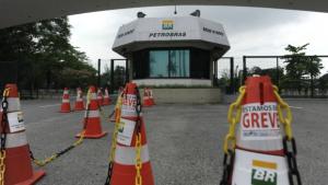 Petrobrás corta ponto e contrata substitutos para grevistas