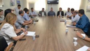 Gustavo Mendanha defende asfalto, água e esgoto para todos em reunião com Saneago e BRK
