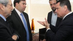 Rodrigo Maia recebe, como presidente da República interino, Marconi Perillo para um jantar