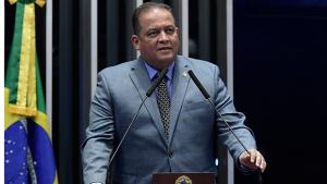 Senador Eduardo Gomes aguarda a eleição em Palmas em posição privilegiada