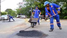 Com ruas esburacadas, prefeitura corre contra o tempo para normalizar fornecimento de asfalto